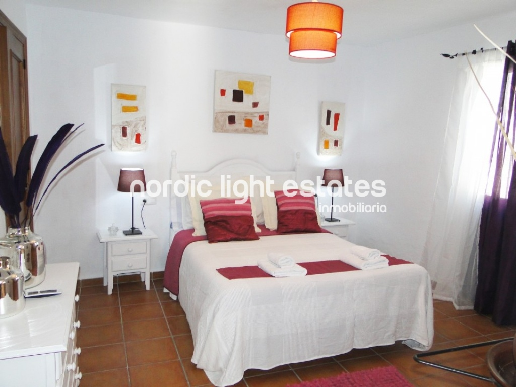 Villa with rural charm typical of Frigiliana. Wide and bright. Private swimming pool and parking.