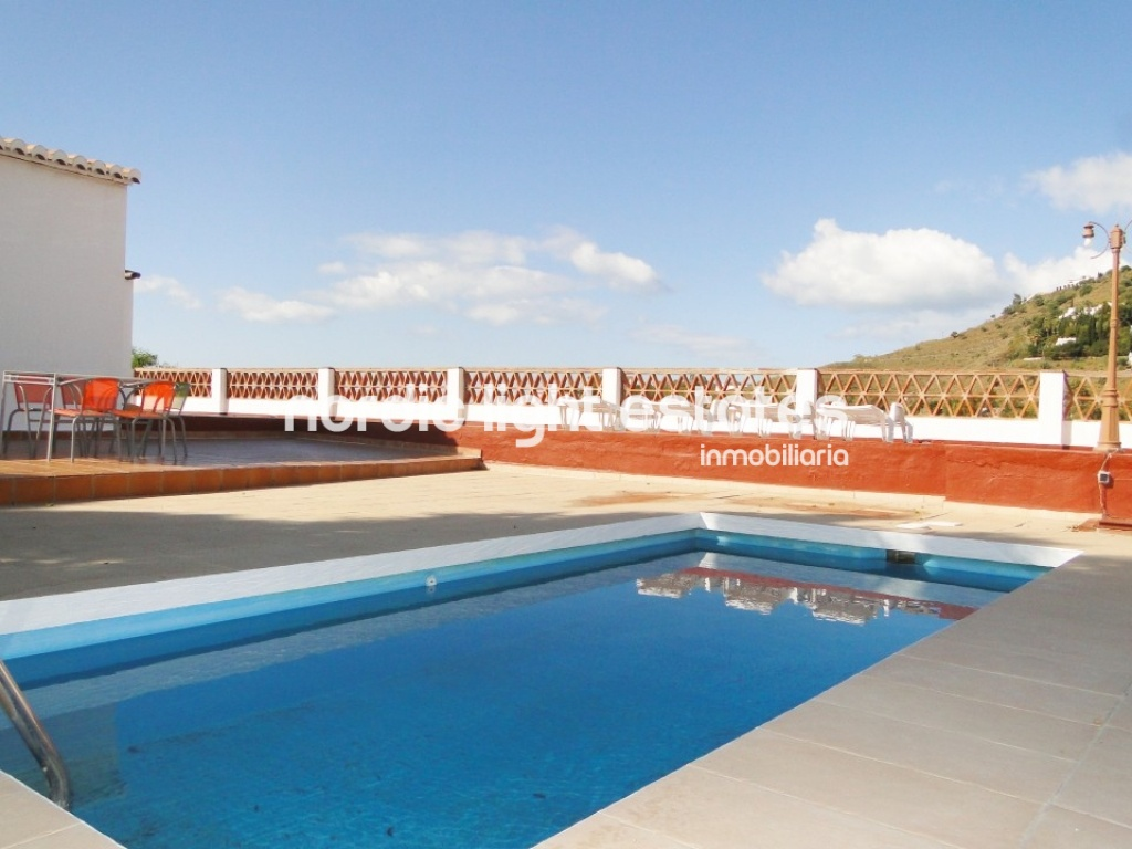 Wonderful villa belonging to the town of Torrox. Orientation to the south. Private swimming pool and parking.