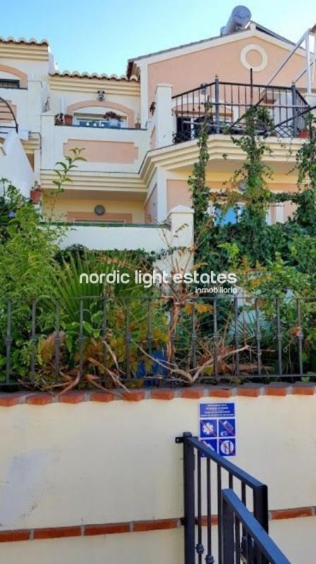 Coqueta casa adosada con jardín privado